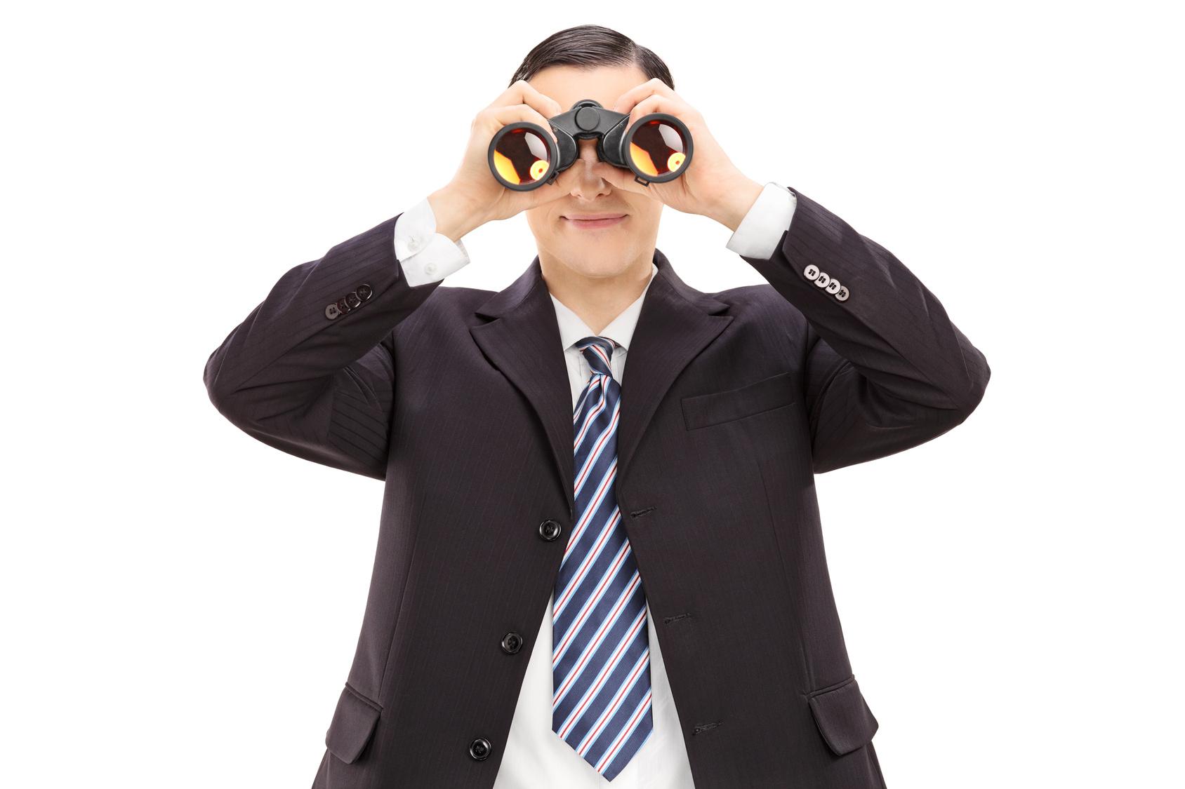 Man_looking_thru_binoculars